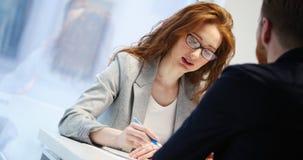 Portrait de femme d'affaires de conseiller en investissement et de jeune homme d'affaires images libres de droits
