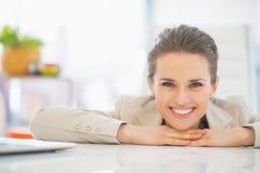 Portrait de femme d'affaires dans le bureau Image libre de droits