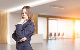 Portrait de femme d'affaires dans le bureau, modifié la tonalité Photos stock