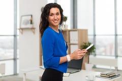 Portrait de femme d'affaires dans le bureau semblant sûr et le sourire Image stock