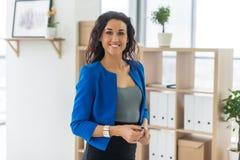Portrait de femme d'affaires dans le bureau semblant sûr et le sourire Photos stock