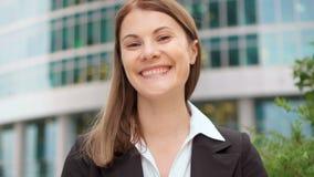Portrait de femme d'affaires dans le costume dans la ville du centre, femelle professionnelle Gratte-ciel de district des affaire clips vidéos