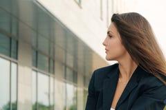 Portrait de femme d'affaires dans un costume foncé photo stock