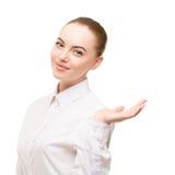 Portrait de femme d'affaires de beauté Proposition d'un produit beau g Image libre de droits