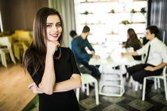 Portrait de femme d'affaires de sourire devant l'équipe diverse d'affaires Photographie stock