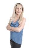 Portrait de femme d'affaires de sourire satisfaisante avec les bras croisés Photo stock