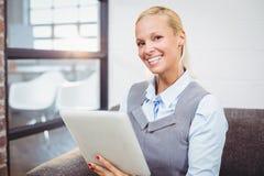 Portrait de femme d'affaires de sourire tenant le comprimé photo libre de droits
