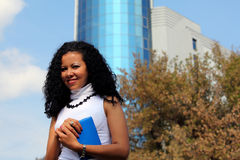 Portrait de femme d'affaires dehors, avec le bâtiment moderne comme fond Images stock