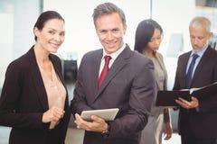 Portrait de femme d'affaires et d'homme d'affaires avec le comprimé numérique Photo libre de droits