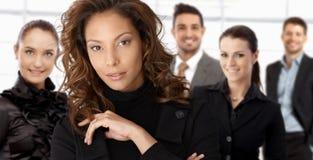 Portrait de femme d'affaires et de collègues élégants images libres de droits