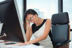 Portrait de femme d'affaires Having Exhausted Tired et de mal de tête tout en travaillant dans son bureau Affaires Financail et s photos libres de droits