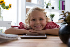Portrait de femme d'affaires heureuse avec la tablette détendant sur la table dans le bureau photographie stock libre de droits