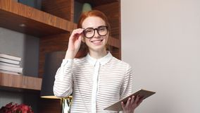 Portrait de femme d'affaires heureuse avec la tablette dans la chambre d'hôtel banque de vidéos