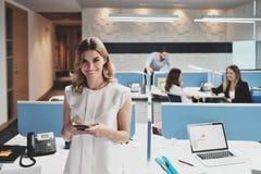 Portrait de femme d'affaires heureuse Business Woman Smiling dans des bureaux de Coworking image stock