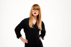 Portrait de femme d'affaires réussie se tenant au-dessus du fond blanc Copiez l'espace Photographie stock