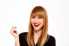 Portrait de femme d'affaires réussie souriant au-dessus du fond blanc Photographie stock libre de droits