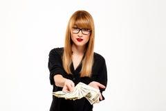 Portrait de femme d'affaires réussie tenant l'argent au-dessus du fond blanc Images libres de droits