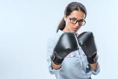 portrait de femme d'affaires sérieuse dans des gants de boxeur regardant l'appareil-photo Photos stock