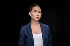 Portrait de femme d'affaires sérieuse dans le formalwear regardant l'appareil-photo Photos stock