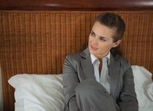 Portrait de femme d'affaires s'étendant sur le lit dans la chambre Photographie stock