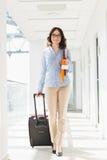 Portrait de femme d'affaires sûre avec le bagage à l'aéroport Photographie stock libre de droits