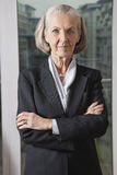 Portrait de femme d'affaires supérieure sûre avec des bras croisés Photos libres de droits