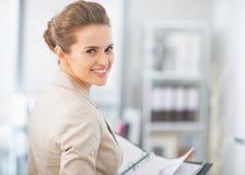 Portrait de femme d'affaires travaillant dans le bureau Photos stock
