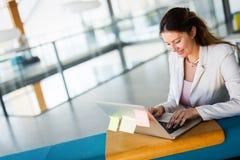 Portrait de femme d'affaires travaillant sur l'ordinateur dans le bureau photographie stock