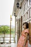 Portrait de femme d'ASEAN portant un indigène de mur en bois de fond du nord de la Thaïlande photographie stock