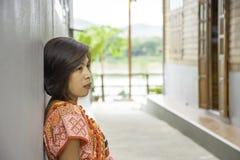 Portrait de femme d'ASEAN portant un indigène de mur en bois de fond du nord de la Thaïlande photo libre de droits
