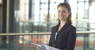 Portrait de femme d'entreprise constituée en société de carrière occupé avec des écritures banque de vidéos