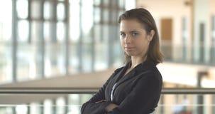 Portrait de femme d'entreprise constituée en société de carrière se tenant dans l'immeuble de bureaux moderne banque de vidéos