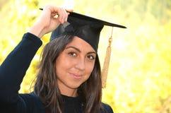 Portrait de femme d'obtention du diplôme extérieur images stock