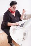 Portrait de femme dans l'environnement de bureau Photos stock