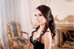 Portrait de femme dans la longue robe profondément bleue de dentelle photos stock