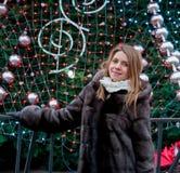 Portrait de femme dans le manteau de fourrure de vison Photo stock