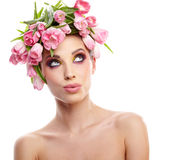 Portrait de femme de beauté avec la guirlande des fleurs sur la tête au-dessus du petit morceau Photographie stock