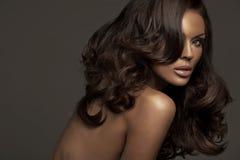 Portrait de femme de brune avec le teint foncé images stock