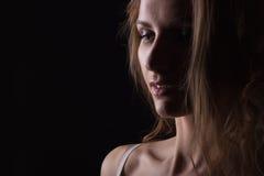Portrait de femme de charme, beau visage, femelle d'isolement sur le fond noir, regard sexy élégant, tir de studio de jeune dame Photo libre de droits