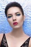 Portrait de femme de mode au-dessus de fond brillant Photographie stock