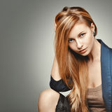 Portrait de femme de mode de charme Modèle fascinant avec les cheveux magnifiques Image stock
