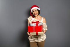 Portrait de femme de Noël tenant le cadeau de Noël G heureux de sourire images libres de droits