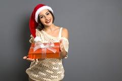 Portrait de femme de Noël tenant le cadeau de Noël G heureux de sourire image libre de droits