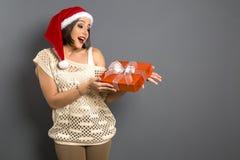 Portrait de femme de Noël tenant le cadeau de Noël G heureux de sourire photos stock