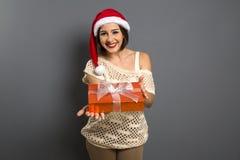 Portrait de femme de Noël tenant le cadeau de Noël G heureux de sourire image stock