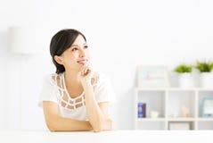 Portrait de femme de pensée recherchant Photographie stock libre de droits