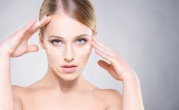 Portrait de femme de s avec la peau lisse et beau, yeux bleus photos libres de droits