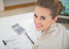 Portrait de femme de sourire d'affaires dans le bureau Images libres de droits