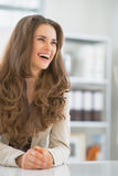 Portrait de femme de sourire d'affaires dans le bureau Photos stock