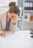 Portrait de femme de sourire d'affaires dans le bureau Photographie stock libre de droits